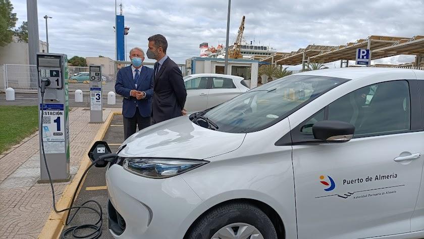 Visita a uno de los puntos de recarga de vehículos eléctricos