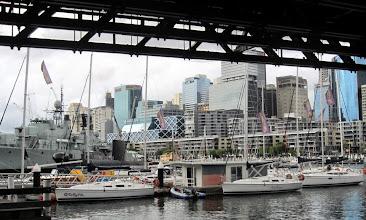 Photo: Purjeveneitä Darling Harbourissa
