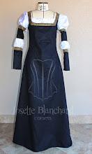 Photo: Vestido medieval em camurça preta com galões dourados e detalhes de camisa inferior. A partir de R$ 180,00.