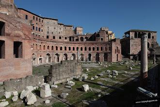 Photo: 41: Deshacemos nuestros pasos hacia la columna de Trajano y admiramos de nuevo el Foro y Mercado de Trajano. Este foro se realizó con un nuevo material, el hormigón.