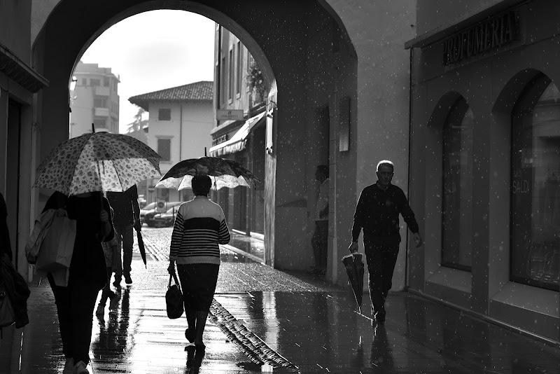 Strada facendo...esci col sole e prendi l'ombrello!!! di Matteo Faliero