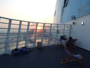 Photo: Die Überfahrt von Olbia nach Livorno war alles andere als kuschelig: Etwas weniger Wind, kaum weniger Feuchtigkeit hinter der Glaswand an Deck der Riesenfähre. Aber drinnen wäre ich den Klimaanlagen-Erkältungstod gestorben.