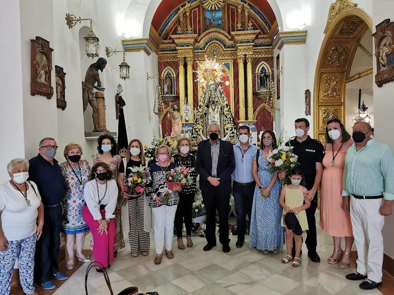 El alcalde junto al hermano mayor de la Hermandad de la Virgen de las Angustias y otras autoridades.