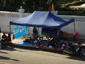 Photo: Vorbereitungen für den allabendlichen Nachtmarkt - ...