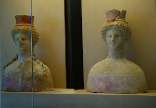 Photo: Pseudo-acrolithic goddesses of Parian marble, 420-410 BC .......... Pseudo-acrolithische godinnen, 420-410 v.C.
