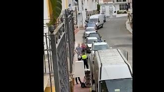 Captura de un vídeo publicado por vecinos de Antas que graban a una familia llegada de Cataluña.
