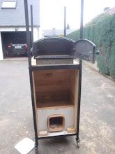 Photo: De rookgassen komen niet in aanraking met het gerecht. Dit noemt men een witte oven. De witte oven is gemaakt van een inoxe bak met een gietijzeren stookdeurtje en een chamotte bakplaat van drie centimeter dikte.
