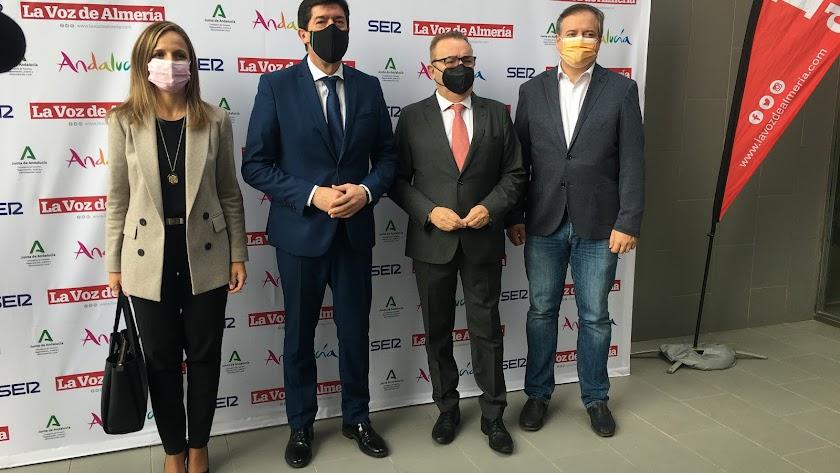 Juan Marín, segundo desde la izquierda, a su llegada al acto organizado por La Voz de Almería y SER.