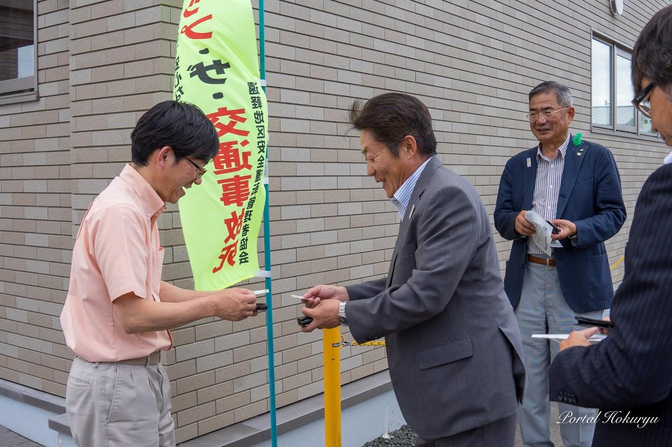 名刺交換挨拶:総務課・橋本道正 課長