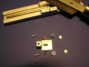Photo: 8. Z trubičky Ø 1.5mm (vnitřní 0.8 mm) se nařeže vedení pístnice. Zadní čelo válce je z leptu alpaka 0.3 mm.