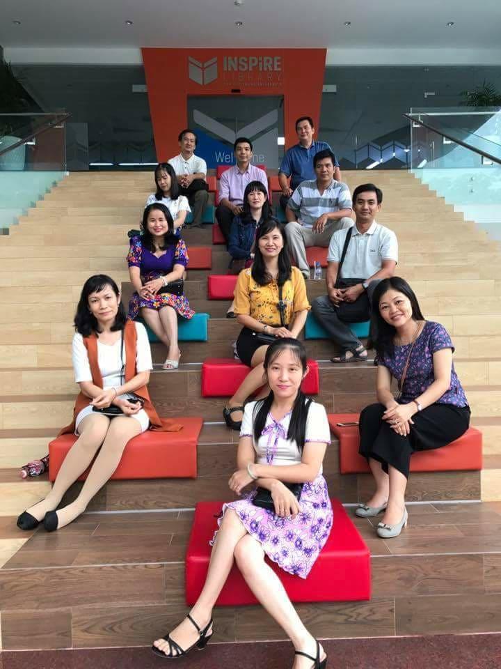 Trong hình ảnh có thể có: 10 người, mọi người đang cười, mọi người đang ngồi và giày