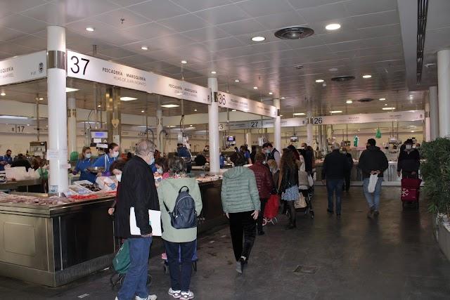 Los almerienses realizando las compras de última hora para la Nochevieja en el Mercado Central.