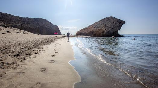 Un bañista pasea en soledad por Mónsul.
