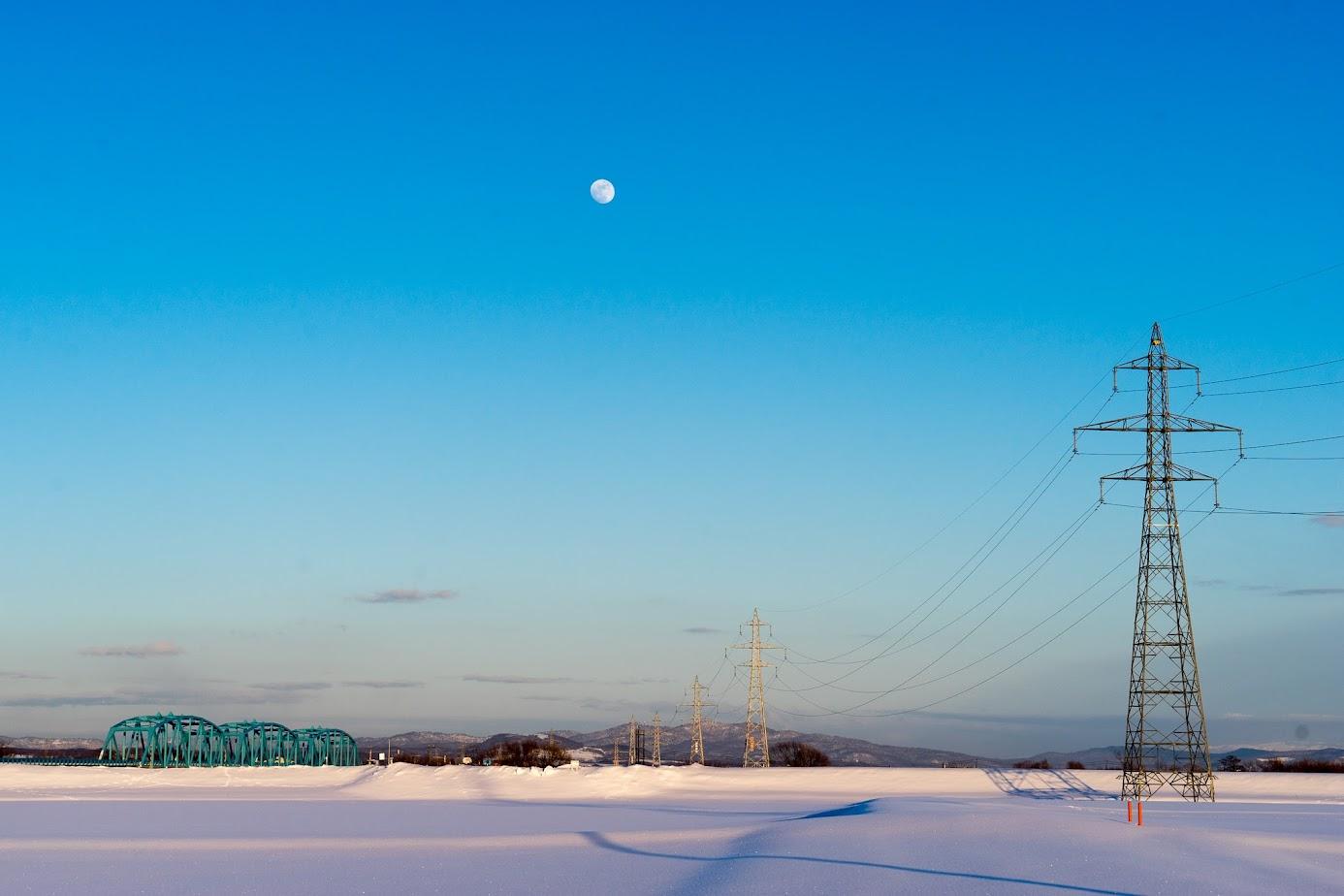 紺碧色の空に浮かぶ白い月