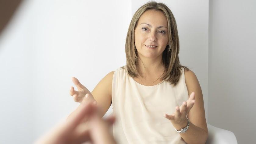 Silvia García posa para el fotógrafo antes de realizar la entrevista.