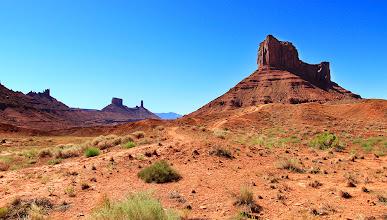 Photo: Les fameuses mesas se profilent au loin...c'est typique de l'ouest américain.