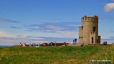 Photo: O'Brienin torni Moherin kallioilla. O'Brienin torni on pyöreä kivitorni suurin piirtein kallioiden keskiosassa. Tornin rakennutti vuonna 1835 Sir Cornellius O'Brien, joka oli Irlannin kuninkaan Brian Borun jälkeläinen. Torni toimi jo tuolloin näköalatornina sadoille turisteille. Moherin torni, joka sijaitsee Hag's Headilla on neliönmuotoinen kiviraunio. Sen oletetaan olevan vartiotorni Napoleonin ajoilta.