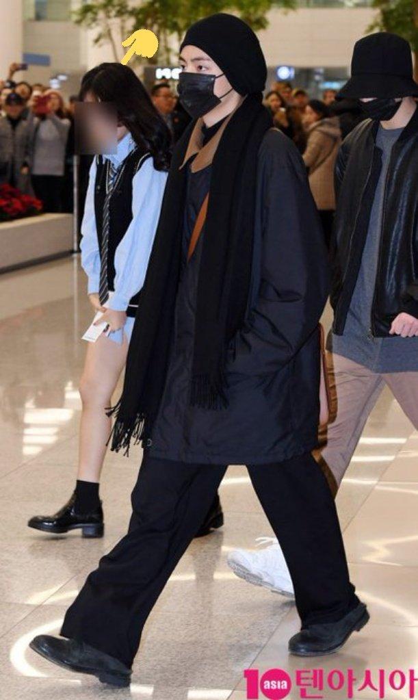 Une fan sasaeng des BTS ne portant pas de pantalon a été aperçue suivant le groupe à l'aéroport