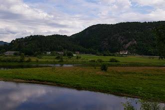 Photo: Wir lassen Øyslebø hinter uns. Dieser kleine idyllische Ort liegt ca 15 km von uns entfernt.