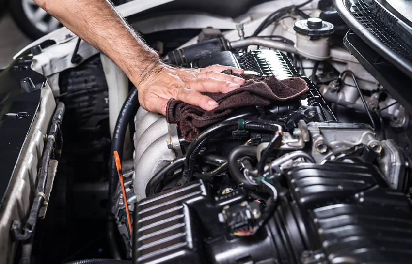 Membersihkan Bagian Mesin Mobil