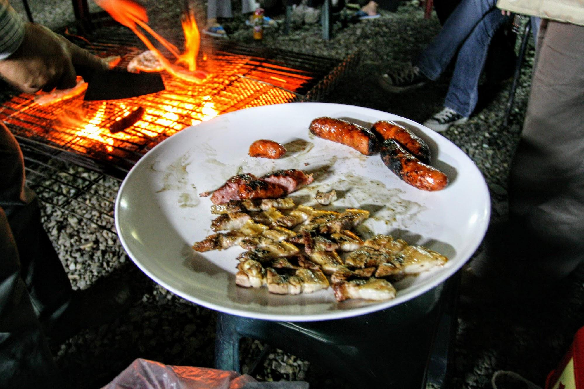 吃肉要怎吃呢? 聽廖爸爸說布農族的傳統是食物繞一圈,每個人直接抓起來吃,很豪爽的感受....當然,廖爸爸準備盤子放著切好的肉片與香腸大家輪過一圈...