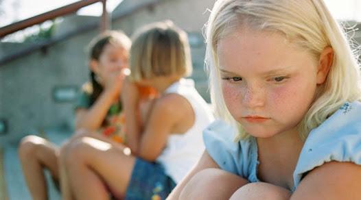 acercamiento a grupo de niños. Rechazo