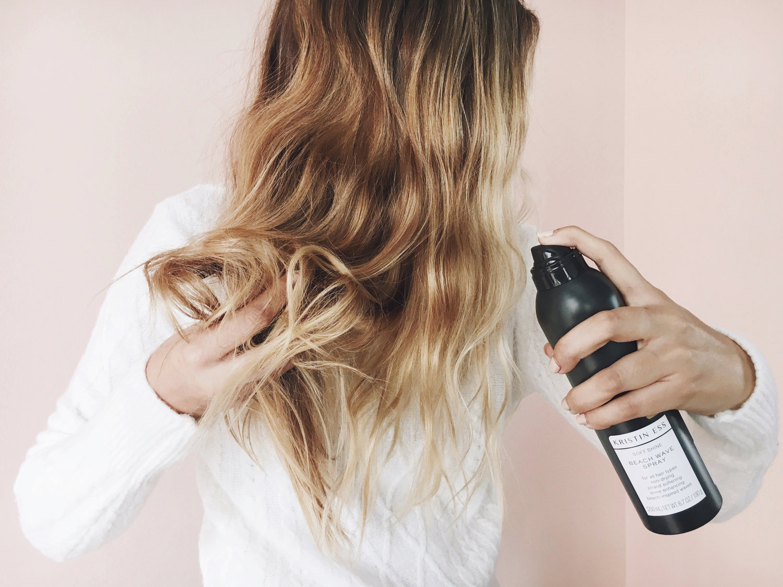 Dùng xịt dưỡng tóc Collagen