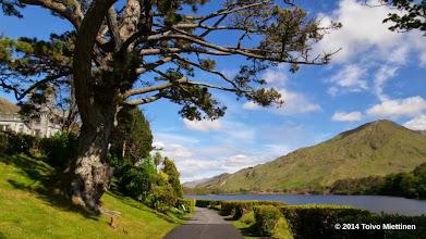 Photo: Kylemoren luostari sijaitsee karun maiseman keskellä.