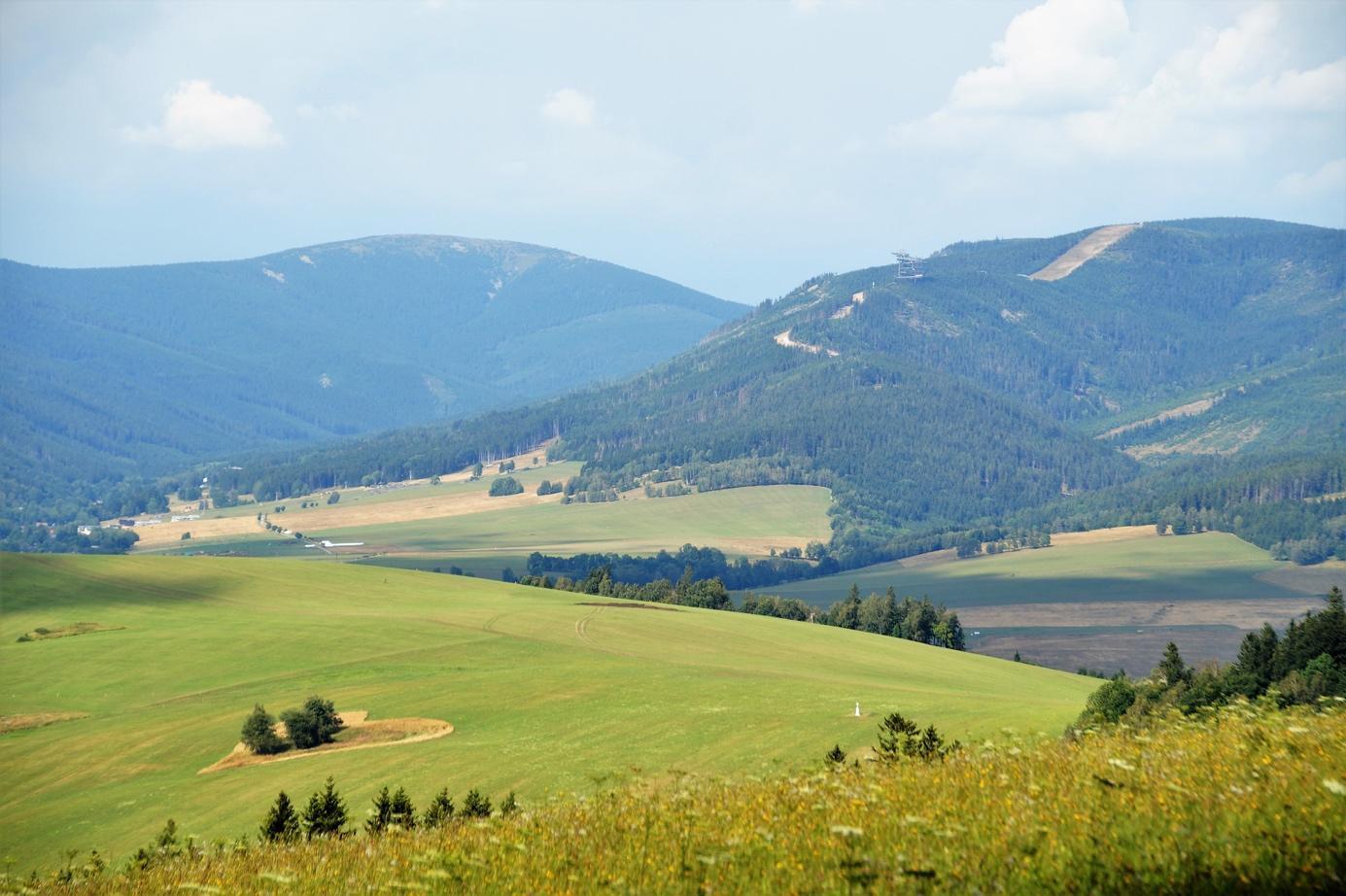 Obsah obrázku hora, tráva, exteriér, příroda  Popis byl vytvořen automaticky