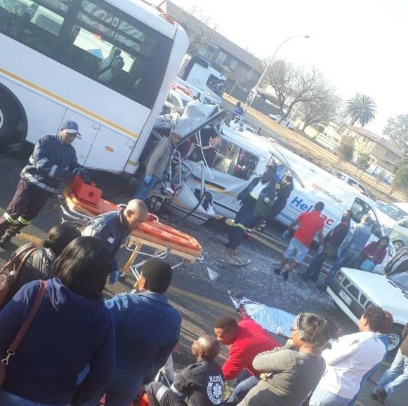 Vier mense is dood, 15 beseer in 'n ongeluk in 'n motorvoertuig op die M1-noorde van Joburg - TimesLIVE