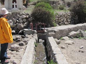 Photo: Putre, Wasserleitungssysteme, die weit in die Schluchten der Berge hineinreichen.