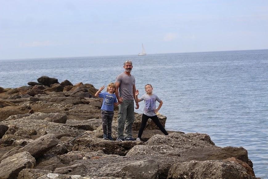 Con los hijos en el espigó de la Playa de San Miguel.