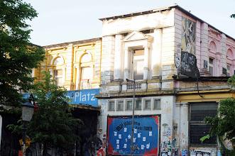 Photo: Alte Flora (Mutzenbechers Tivoli) Sollte ein möglicher neuer Besitzer die Rote Flora räumen lassen, drohten Hamburg Krawalle, die Wochen, sogar Monate anhalten könnten. Schließlich genießt die Immobilie in der europaweit verzweigten Autonomenszene ein Identifikationspotenzial wie einst das besetzte Christiania in Kopenhagen.