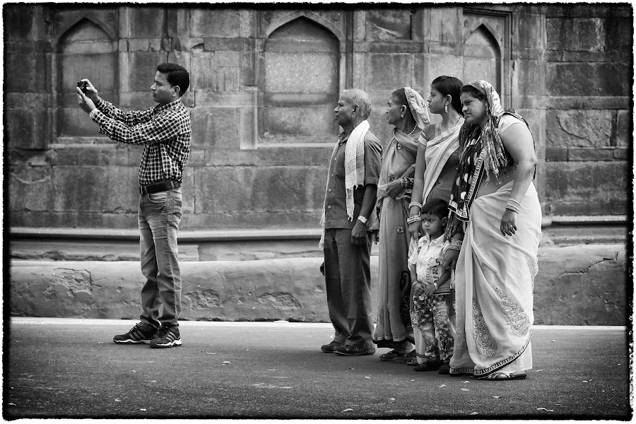 Nog even een groeps-selfie by Jos Meubis - Black & White Street & Candid