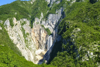 Photo: Nur etwa 30 Meter hinter der Quelle fällt die Boka auf einer Breite von 18 Metern in zwei Stufen insgesamt 144 Meter in die Tiefe. Der freie Fall der ersten Stufe beträgt 106 Meter, die zweite Stufe weitere 30 Meter.