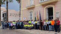 Concentración de vecinos, trabajadores de Cemex de Gádor y de Carboneras, ante el Ayuntamiento.