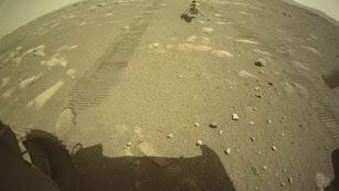 El helicóptero Ingenuity toca la superficie de Marte.