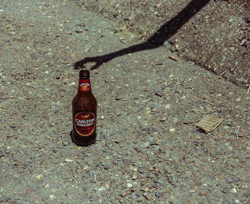 Un ombra cerca di portarmi via la bottiglia!! di norma.luna