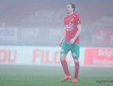 Le joueur d'Ostende Brecht Capon suivi par un club amateur