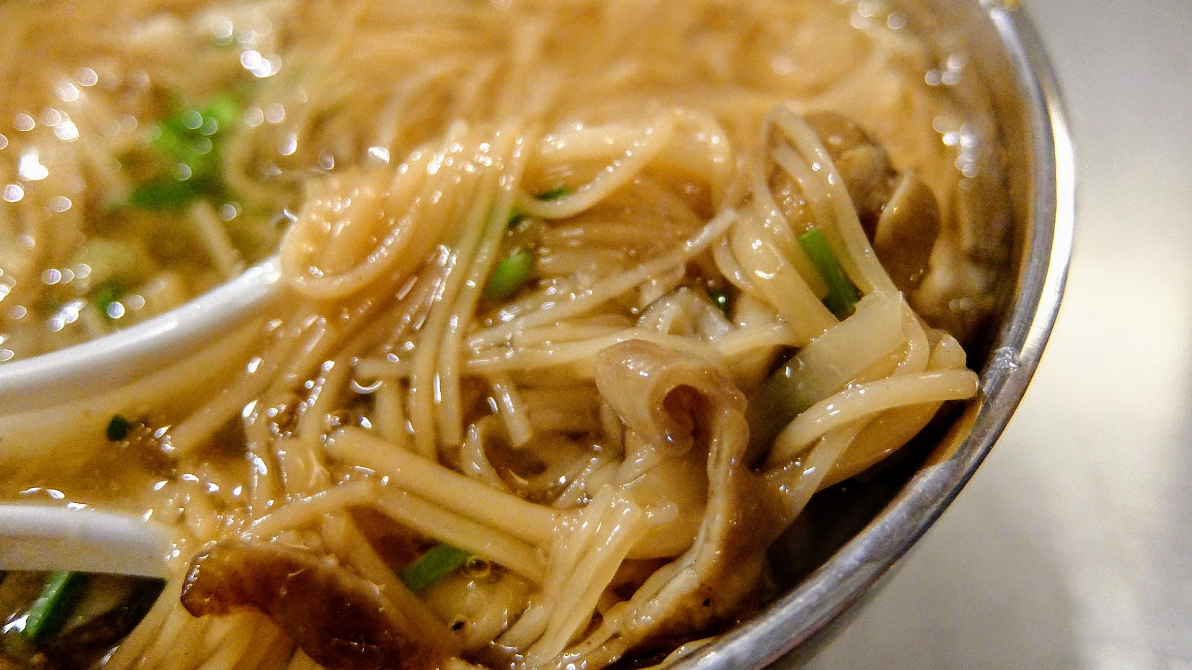 麵線糊裡頭有著一些蘿蔔絲喔! 還蠻特別的,湯頭的話...不是甜湯頭那種,比較像柴魚湯頭? 對我而言,湯頭味道較淡一些