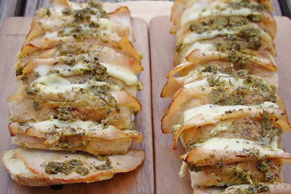 Pão com Peito de Peru, Queijo Suíço e Pasta de Requeijão com Pesto