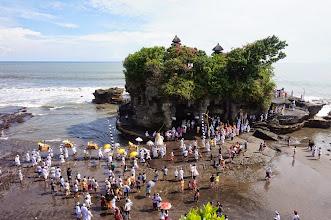 Photo: Celebración de Banyu Pinaruh en el templo Tanah Lot (Bali)