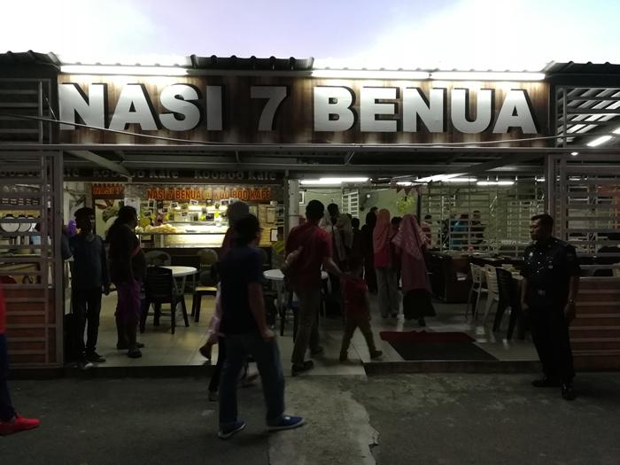 Makan malam di restoran Nasi 7 Benua sebelum check in hotel.