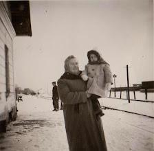 Photo: Zofia Aksamit ze swoja matką.W tle tereny kolejowe w Rogoźniku.  Zdjęcie udostępnione prze P.Ewe Aksamit.
