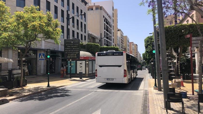 Un autobús urbano circula por el Paseo de Almería.