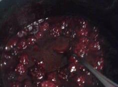 Blackberry Filling 1 1/2c frozen berries 1/4c sugar 3tbls white wine 2tbls cornstarch Combine and cook down till thickened....