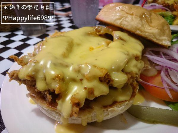 Slobber囍伯美式餐廳。超大雞腿肉配上漫出來的蜂蜜芥末醬~~~