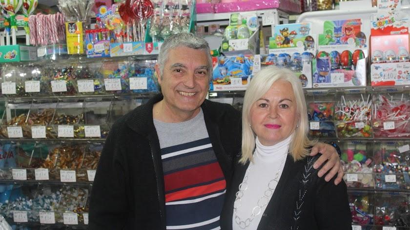 Francisco Martínez y Mari Carmen Cuadrado, en la tienda.