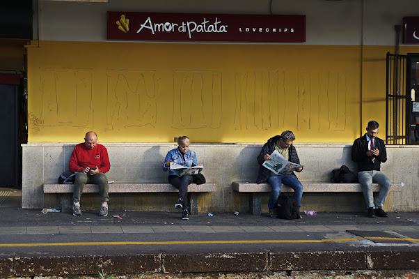 ogni momento è buono per leggere, anche aspettando il treno..... di jovi55
