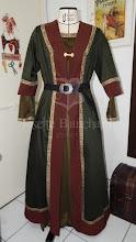 Photo: Vestido estilo viking em camurça verde com galões.   Site: http://www.josetteblanchard.com/  Facebook: https://www.facebook.com/JosetteBlanchardCorsets/  Email: josetteblanchardcorsets@gmail.com josetteblanchardcorsets@hotmail.com